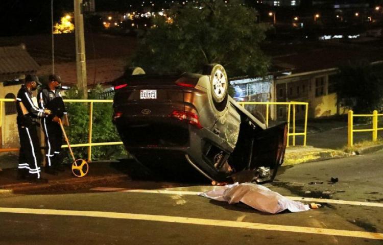 Por el impacto se salió del carro y murió, hay dos heridos