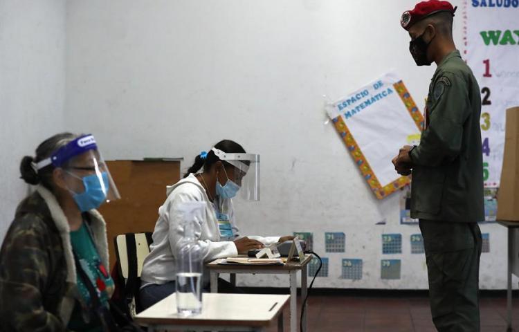 Venezuela abre los centros de votación con cuatro horas de retraso