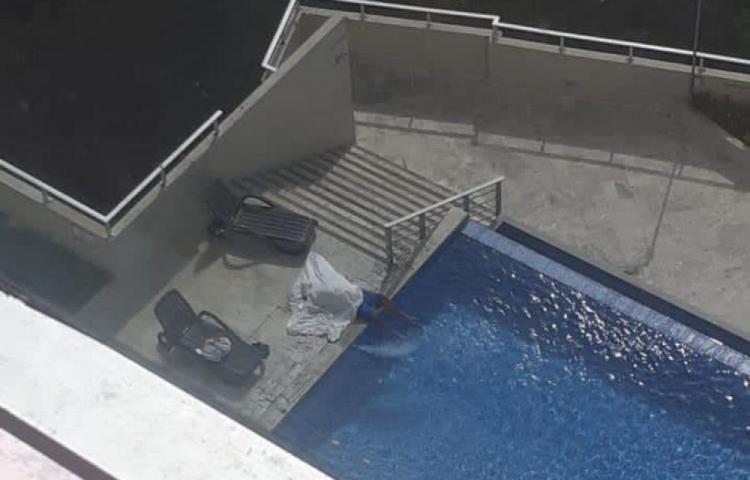 Encontraron a un hombre ahogado en la piscina