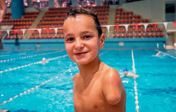 """Ismail, un niño de 10 años, sin brazos, """"Deportista del Año"""" en Bosnia"""