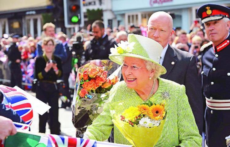 Isabel II paga a sus empleados por aislarse