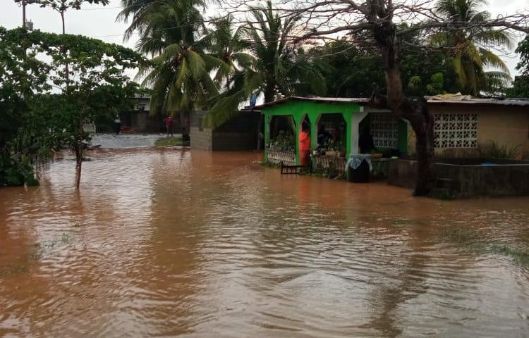 Las lluvias de esta madrugada en Colón dejaron afectaciones en unas 156 viviendas