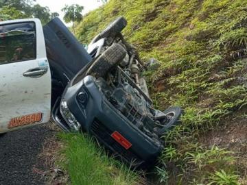 Vehículo de carga termina volcado en Llano Cartí