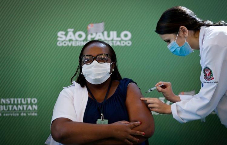 Brasil aplica la primera vacuna contra la covid-19 a una enfermera