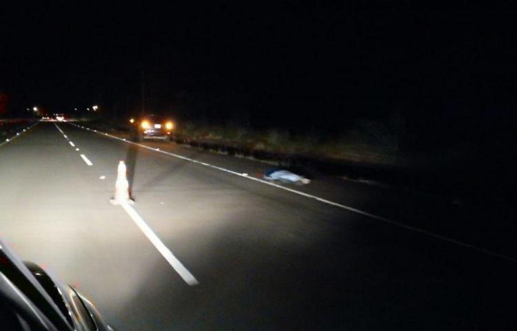 Caminaba desorientado en la carretera y lo atropelló una camioneta
