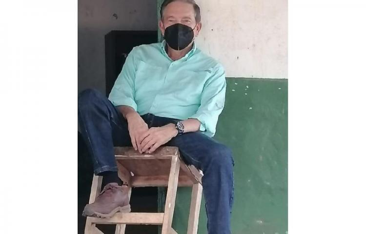 Ahora sí, el hombre se toma descanso en un taburete en Los Santos
