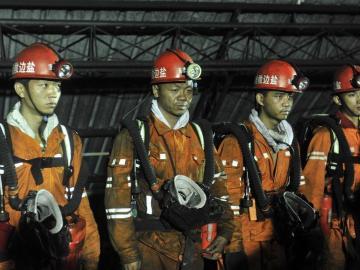 12 mineros chinos siguen vivos tras explosión