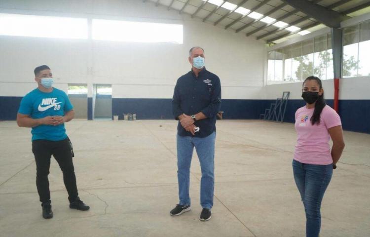 Supervisan trabajosdel gimnasio Eduardo Campbbell
