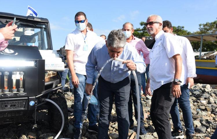 Embajador Israelí bebió agua de la bahía de Panamá