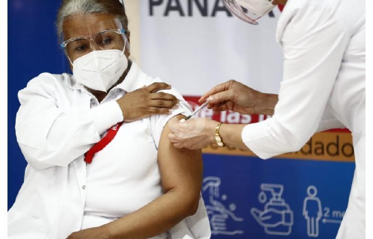 Violeta Gaona de Cocherán es la primera panameña en recibir la vacuna