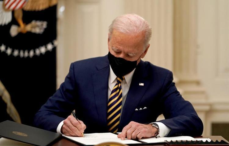 """Biden aprueba ampliar ayuda a familias ante la """"emergencia nacional"""""""