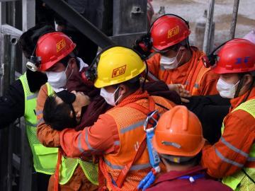 Confirman la muerte de 10 de los 22 mineros atrapados en una mina en China