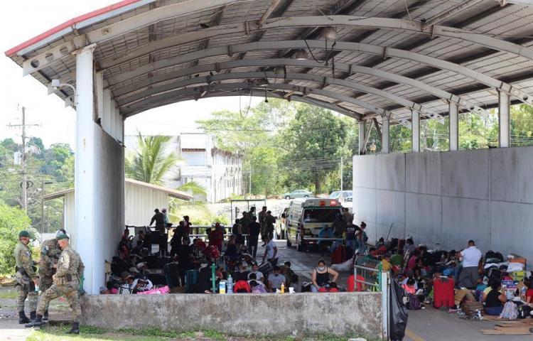Migrantes nicaragüenses permanecen varados en frontera Panamá - Costa Rica