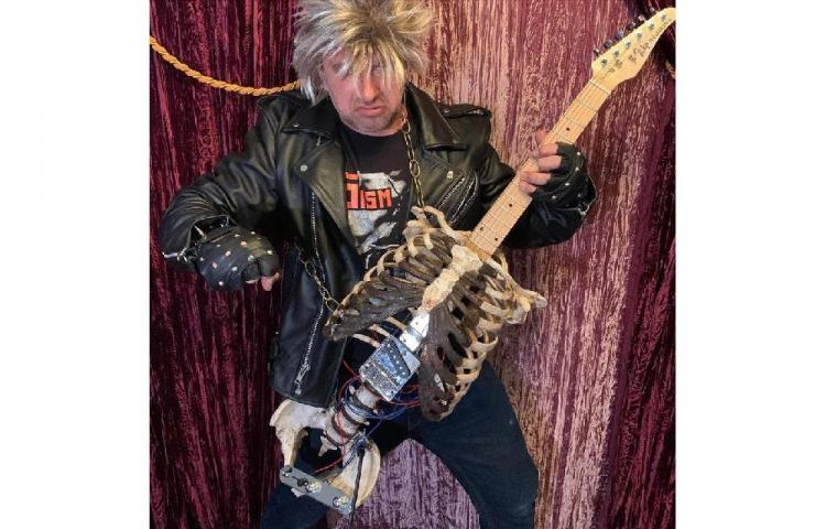 Músico estadounidense construye una guitarra con el esqueleto de su tío