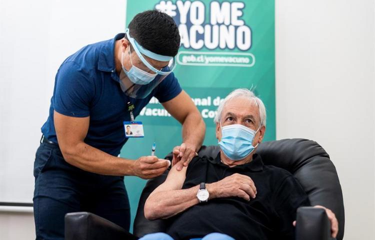 El presidente de Chile recibe la primera dosis de la vacuna china Sinovac