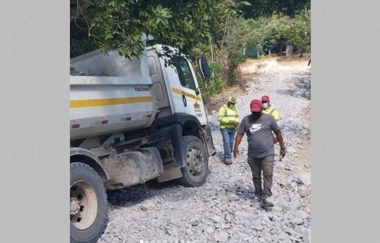 Adelantan trabajos de reparación de caminos