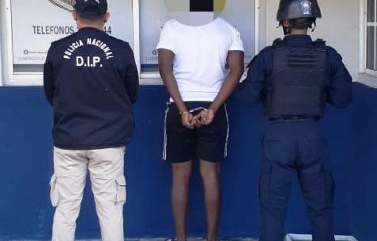 Un hombre es detenido por posesión de presunta sustancia ilícita