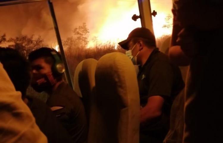 Quema de herbazales, provoca temor en residentes y conductores de Veracruz