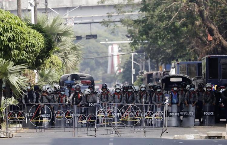 Violentas cargas policiales en Birmania contra las manifestaciones antijunta