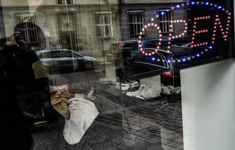 Europa mantiene las restricciones por la covid ante nuevos repuntes