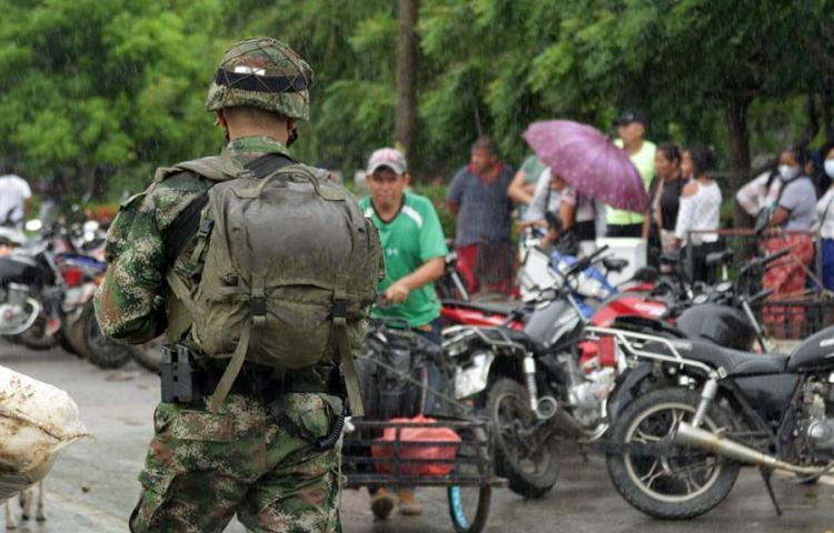 Una ONG dice que grupos armados crecen en Venezuela mientras combaten en la frontera