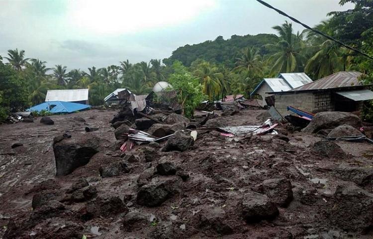 Al menos 43 muertos y 27 desaparecidos por las inundaciones al este de Indonesia