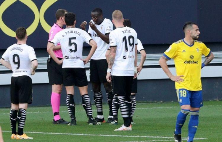 Valencia abandona la cancha por racismo