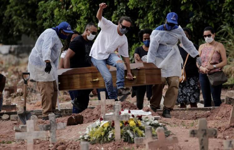 Más de 300 mil muertos en Brasil por el virus.