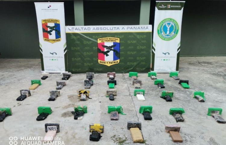 Recuperan cadáver y 164 paquetes de drogas en Los Cayos