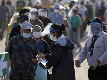 Abren los colegios electorales en Perú para unos comicios marcados por la pandemia