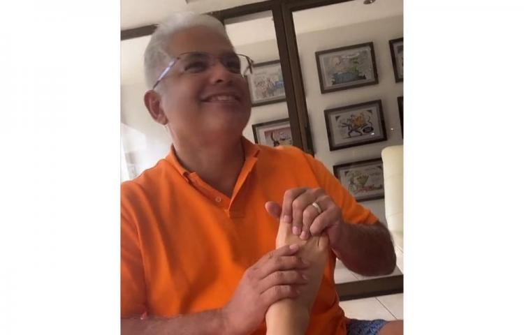 Blandón le hace masaje a su esposa. Circula video en redes