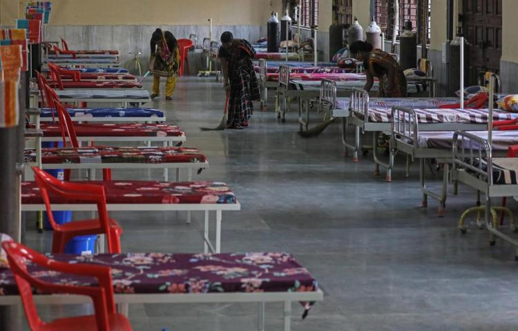 India registra el primer descenso de contagios y muertes por covid en varios días