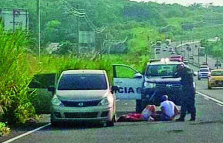 Detuvo su auto en la autopista y apuñaló a su mujer