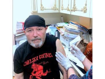 Rubén Blades se vacuna contra la covid-19