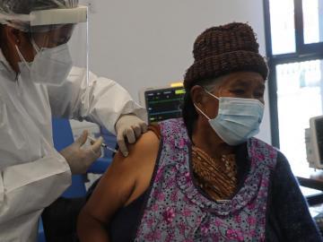 Crisis en India podría afectar producción de la vacuna AstraZeneca