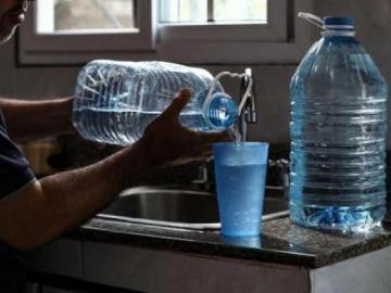 Chitreanos a recoger agua. Se quedarán sin el vital líquido este martes