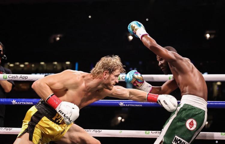 Mayweather domina a Paul en espectáculo de boxeo
