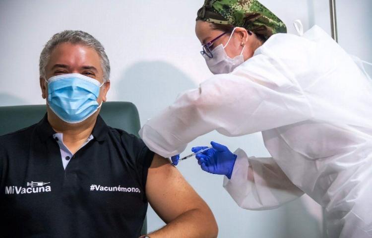 Presidente colombiano recibe la primera dosis de la vacuna
