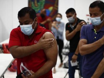 Seis defunciones, 976 casos de covid y analizan vacunar a niños desde los 12 años