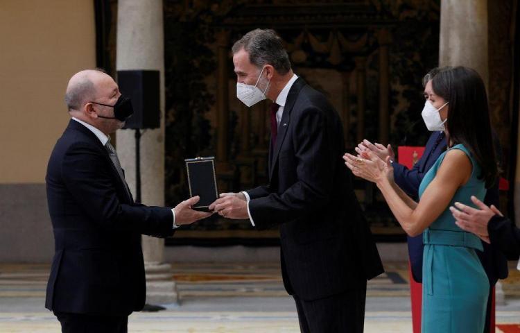 El maestro Blades recibe medalla de oro