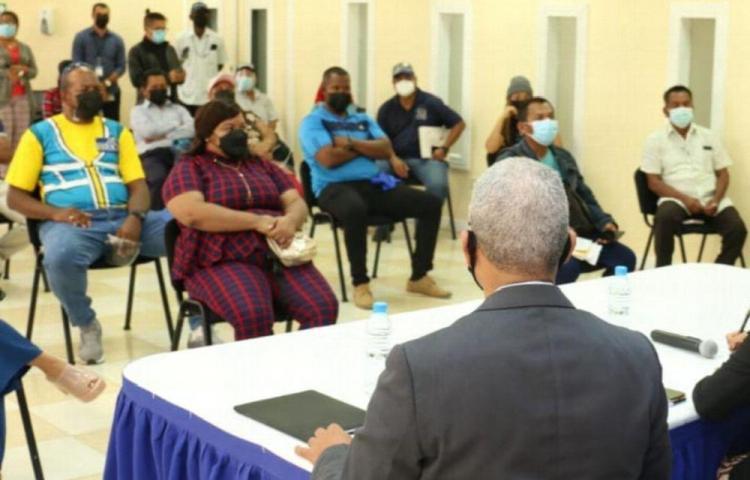 Ministro se reúne con comerciantes herreranos