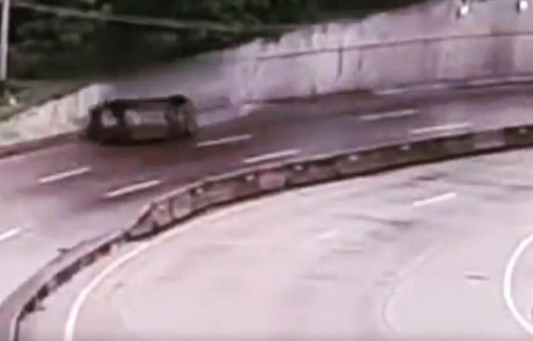 Auto a alta velocidad patina y se vuelca en el Corredor; casi provoca una tragedia