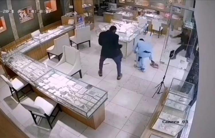 Delincuentes roban en joyería de Bella Vista