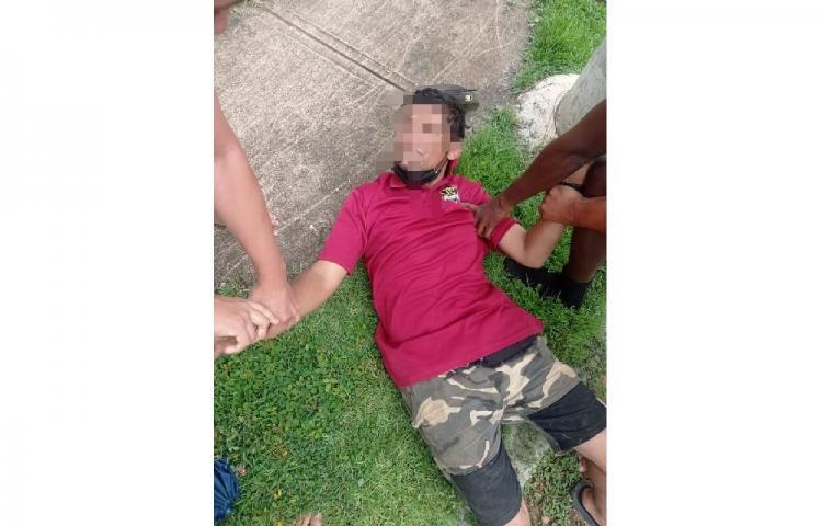 ¡Atrapado! Moradores de barriada en La Chorrera casi linchan a delincuente