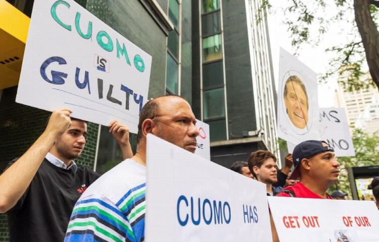 Gobernador de Nueva York pierde apoyo por acoso