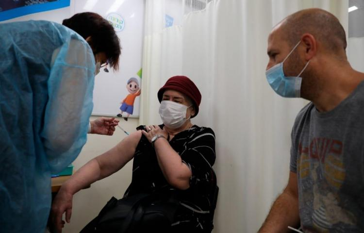 Israel anima a recibir tercera dosis pese a petición de moratoria de la OMS