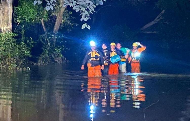 Rescatan a padre e hijo atrapados por cabeza de agua en río Chico de Natá