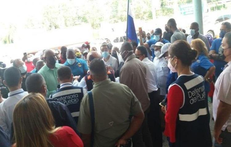 Defensoría insta a la Autoridad de Tránsito a respetar derechos de los usuarios de taxis