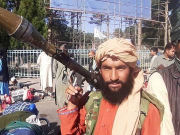 Indignación contra los talibanes por impedir a las niñas regresar al colegio