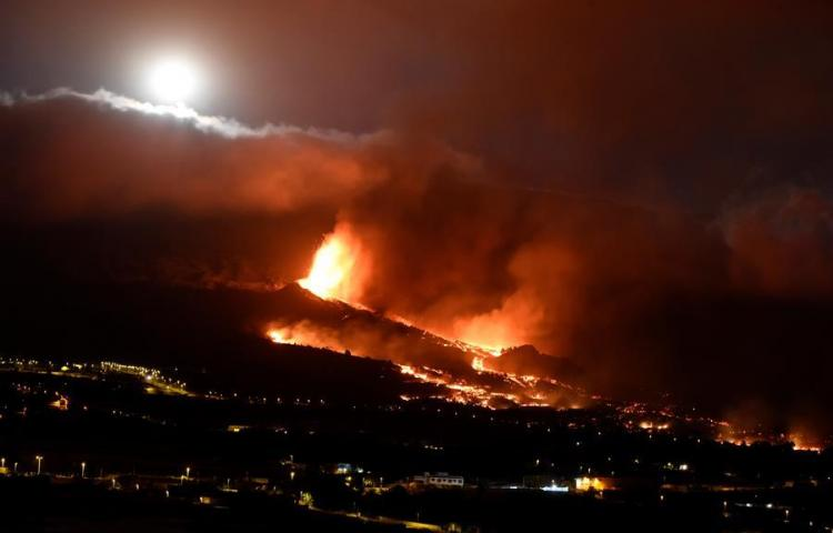 Surge nueva boca eruptiva en volcán de isla española La Palma